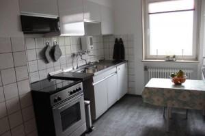 Die Küche ist vollausgestattet mit Ceran Kochfeld, Backofen, Wasserkocher, Kaffeemaschine und Mikrowelle)