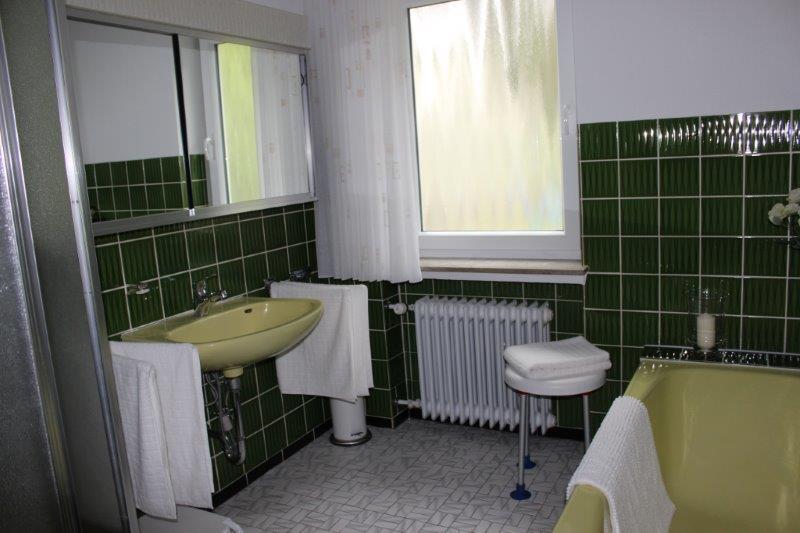 Badezimmer (Toilette separat)